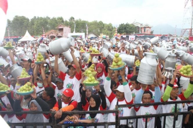 Rekor MURI Tumpeng Apel & Tanki Susu Terbanyak 2016